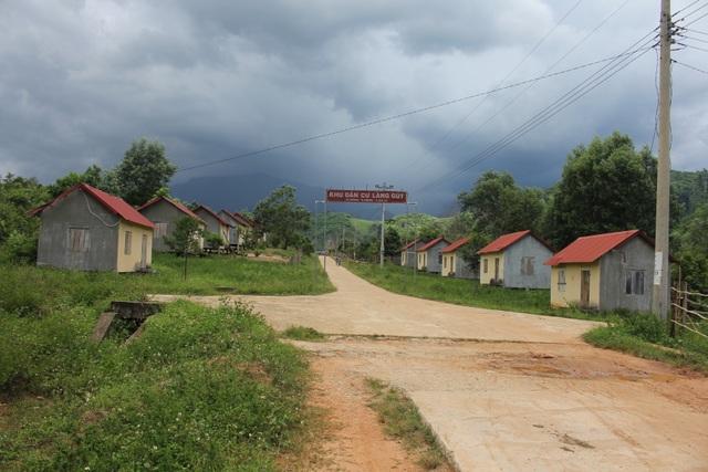 Nhiều ngôi nhà được xây kiên cố trong Khu tái định cư làng Tung, làng Gút nhưng không có người ở
