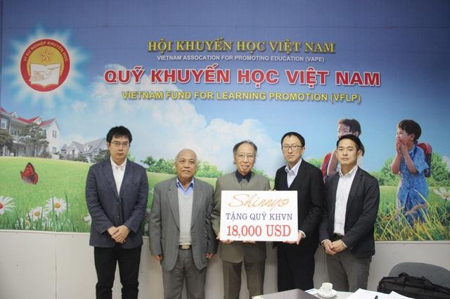 Ông Shimada Hideki trao biển tài trợ 18.000 USD đến Quỹ Khuyến học Việt Nam trong năm 2018 để trao học bổng đến học sinh cũng như xây dựng trường học