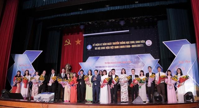 12 Sinh viên 5 tốt cấp Trung ương và 14 sinh viên đạt giải thưởng Sao Tháng Giêng hân hoan đón nhận danh hiệu cao quý.