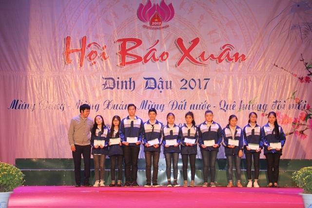 Nhà báo Văn Dũng, Phó Văn phòng Đại diện báo Dân trí Bắc miền Trung trao 10 suất quà của báo Dân trí tới 10 em học sinh có hoàn cảnh khó khăn.