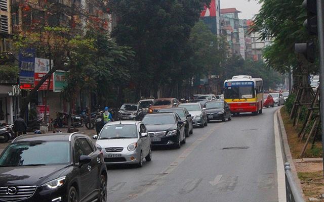 Buýt thường vô tư lấn làn buýt nhanh