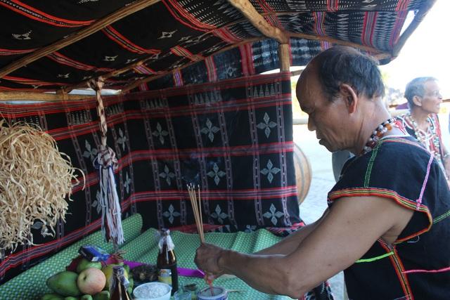 Các già làng cúng Giàng, lễ vật gồm đầu heo, con sóc, gạo, muối, cá sông, suối, trái cây và rượu
