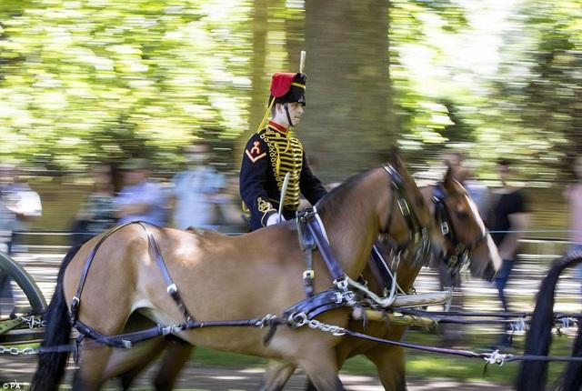 Đội kỵ binh Hoàng gia Anh kéo các khẩu pháo tới vị trí bắn ở công viên Green Park. (Ảnh: PA)