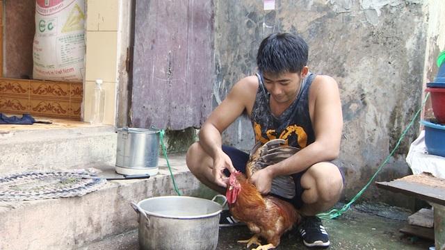 Ngoài đi cấy lúa, đánh cá, tham gia chương trình Bốn mùa yêu thương anh còn vào bếp làm thịt gà, nấu cơm...