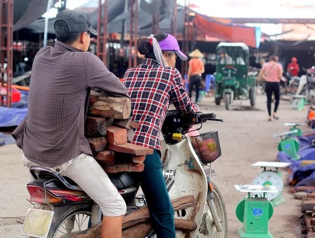 Về Bắc Ninh xem khu chợ gỗ quý tiền tỉ bán theo cân - 5