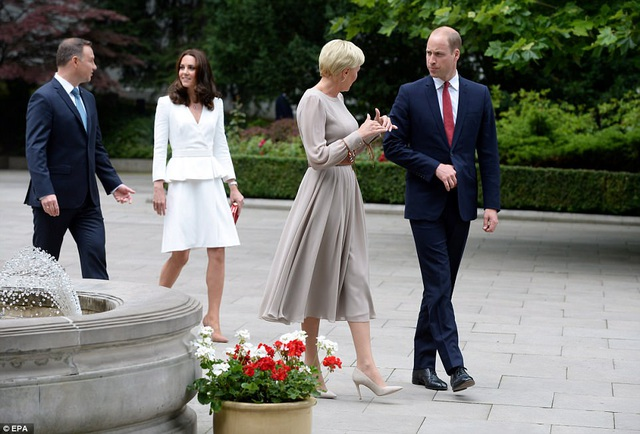 Hai cặp đôi trò chuyện khi tản bộ trong khuôn viên dinh tổng thống Ba Lan. (Ảnh: EPA)
