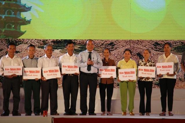 Thủ tướng Nguyễn Xuân Phúc đã trao các phần quà cho thân nhân 10 liệt nữ TNXP