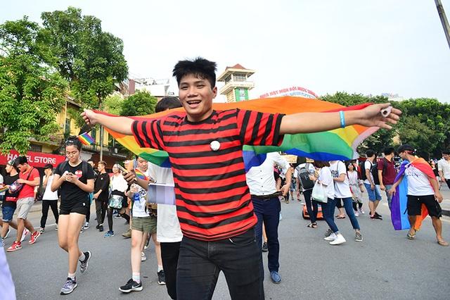 """Khác với mọi năm, vì sự ra đời của phố đi bộ mà Ngày hội tự hào năm nay có thêm hoạt động diễu hành. Bởi vậy, các bạn trẻ càng thêm hào hứng và thoải mái """"xõa"""" hết mình"""