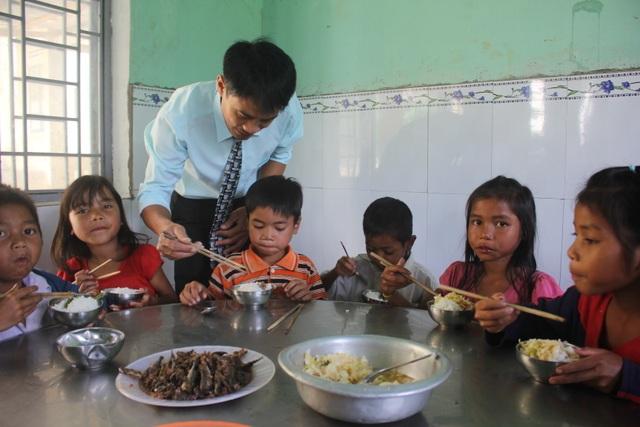 Suất cơm trưa của các em học sinh trường PTDT bán trú TH và THCS Con Pne