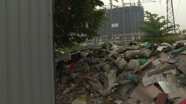 Môi trường sống ô nhiễm nghiêm trọng, người dân tổ 50 (phường Vĩnh Hưng, Hoàng Mai) bày tỏ mong muốn bãi rác sớm được dọn dẹp, trả lại cảnh quan, môi trường lành mạnh như trước kia.