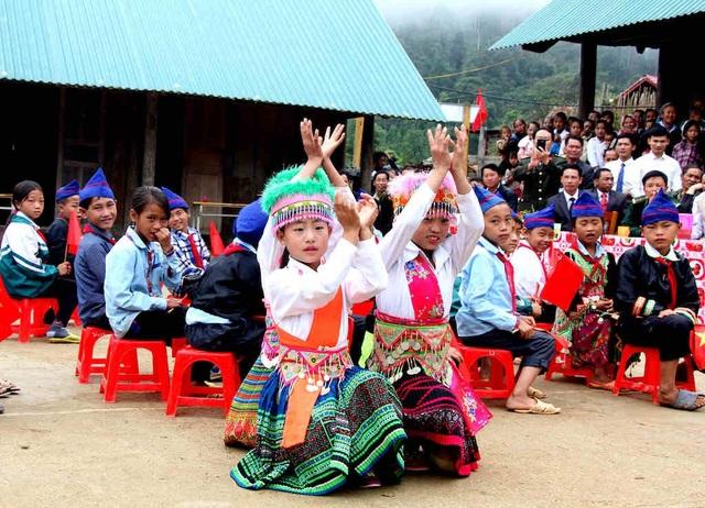 Các em học sinh múa hát mang đậm bản sắc dân tộc.