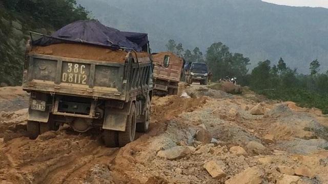 Những chiếc xe chở đầy đất đang cày nát tuyến đường ven biển đoạn đi qua xã Cẩm Lĩnh