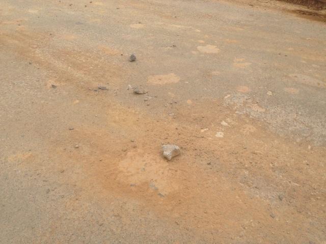 Đất đá từ những đoàn xe tải rơi vãi trên tuyến đường càng khiến cho thực trạng xuống cấp của quốc lộ này thêm thê thảm.