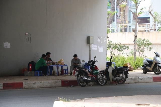 Vào buổi trưa, khi nhiệt độ ngoài trời lên đến 37 - 38 độ C, những quán nước dưới gầm cầu như thế này là điểm đến cho những người bán hàng rong lang thang cả ngày hay những người muốn nghỉ chân giữa trưa.