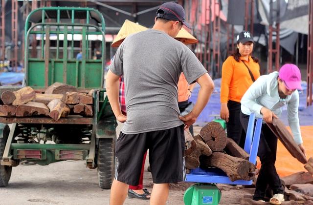 Về Bắc Ninh xem khu chợ gỗ quý tiền tỉ bán theo cân - 6