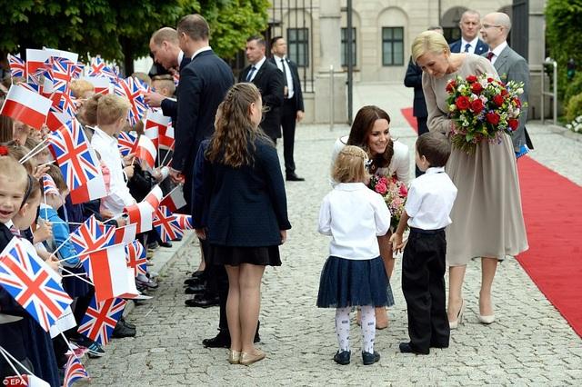 Các em nhỏ Ba Lan tặng hoa Công nương Kate. (Ảnh: EPA)