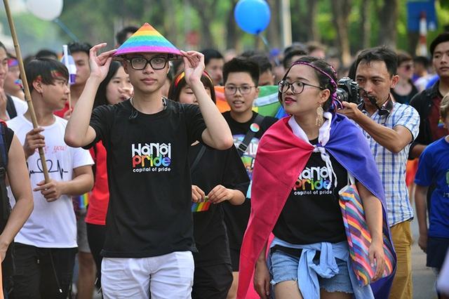 Mỗi bạn trẻ, dù là LGBT hay những người dị tính (nam, nữ) đều mang trên mình những trang phục 6 màu rực rỡ