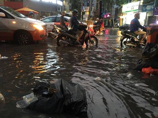 Hoạt động kinh doanh tại khu vực này cũng bị trì trệ, ế ẩm do nước tràn lên vỉa hè.