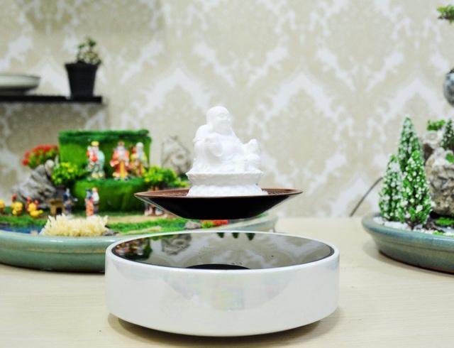 Ngoài các chậu cây bonsai cảnh thì các bức tượng hay logo công ty khiến nhiều người thích thú.