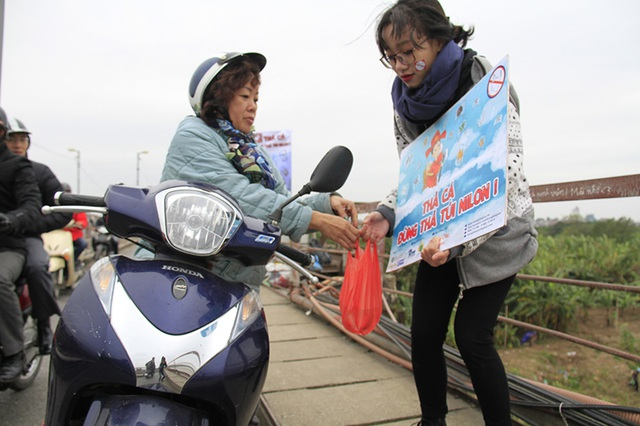 """Tình nguyện viên giúp dân """"thả cá, không thả nilon"""" - 12"""
