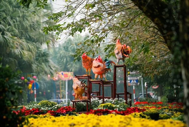 Lễ hội hoa xuân 2017 hứa hẹn nhiều bất ngờ và mới lạ so với năm 2016. Mỗi nẻo đường đem lại cho khách du xuân những cung bậc cảm xúc và sáng tạo với âm nhạc, hội họa và nghệ thuật biểu diễn hòa quyện trong hoa trái rực rỡ và ánh sáng lung linh.