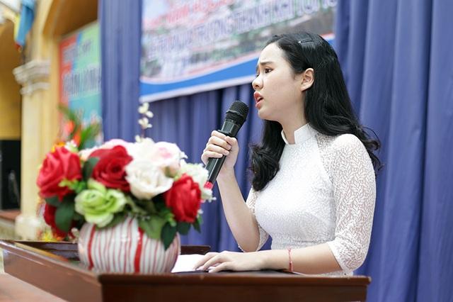 Bùi Hồng Ly – lớp 12D3 thay mặt những học sinh cuối cấp nói lời cảm ơn tới các thầy cô và các bậc phụ huynh đã dạy dỗ, dìu dắt thế hệ học trò 1999 trong suốt 3 năm vừa qua
