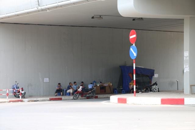 Tại đường Bưởi, cách một đoạn lại có một quán nước giải khát phục vụ nước mía, nước dừa dưới gầm cầu vượt cho những người qua đường.