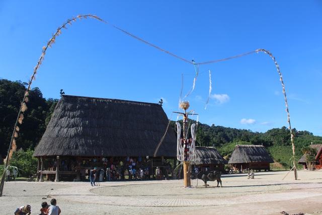 Cây nên đại diện cho dân tộc Cơtu Tây Giang đã dựng xong, cây nêu này sẽ là điểm nhấn trong lễ hội dựng cây nêu sắp tới