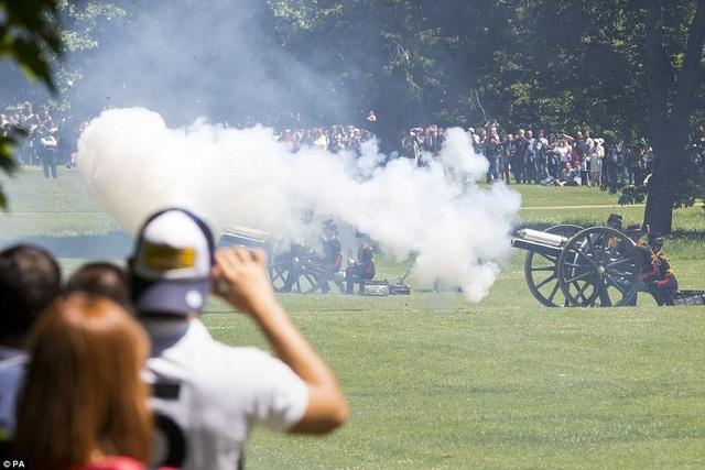 Rất đông người dân Anh đã tới công viên Green Park để theo dõi sự kiện đặc biệt mừng sinh nhật Công tước xứ Edinburgh, Hoàng thân Philip. (Ảnh: PA)