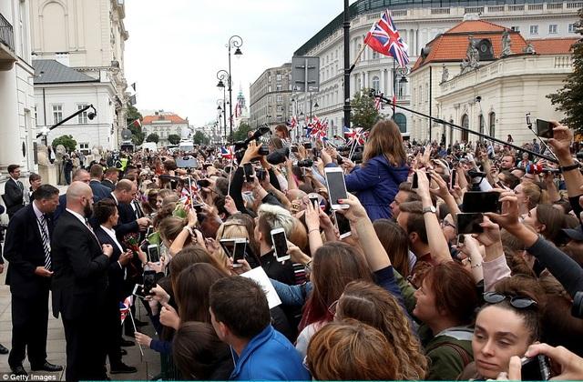 Người dân Ba Lan chào đón các thành viên của Hoàng gia Anh. (Ảnh: Getty)