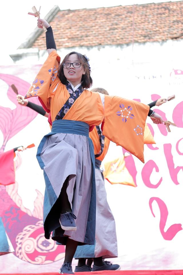 Cô gái của nhóm Thăng Long Yosakoi nở nụ cười tươi tắn