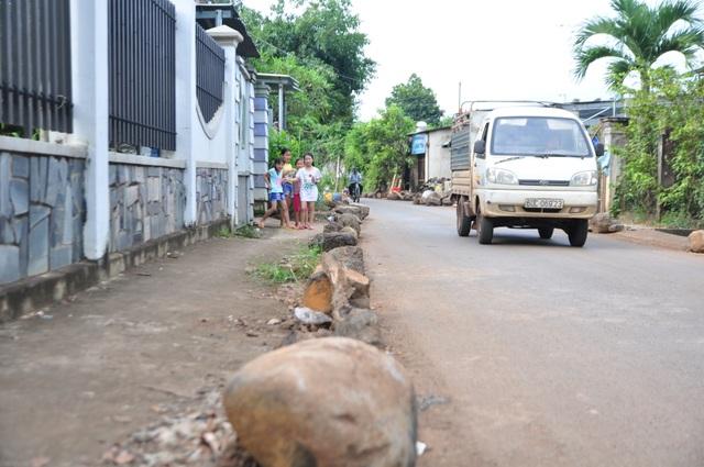 Ngăn lề đường, đảm bảo an toàn cho người đi bộ và trẻ nhỏ.