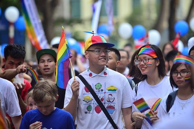 """16h, các bạn trẻ đã có mặt tại phố đi bộ Hồ Gươm để chuẩn bị cho cuộc diễu hành """"bung lụa"""" của mình"""