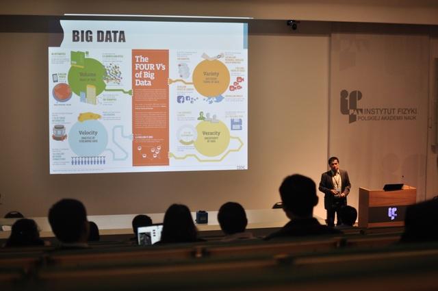 GS. Nguyễn Hùng Sơn (Đại học Tổng hợp Vác sa va) báo cáo về dữ liệu lớn.