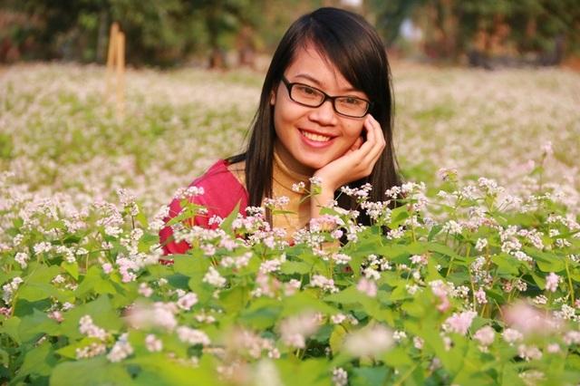 Những thiếu nữ lưu lại những khoảnh khắc đáng nhớ cho riêng mình tại vườn hoa đang đua nhau khoe sắc.