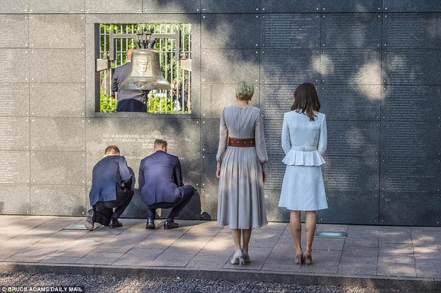 Hoàng tử William và Công nương Kate cùng vợ chồng Tổng thống Duda tới thăm Bức tường tưởng niệm tại Bảo tàng Warsaw Rising, tưởng niệm những người đã ngã xuống trong cuộc chiến bảo vệ đất nước Ba Lan. (Ảnh: Dailymail)