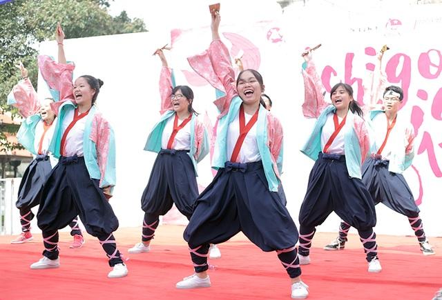 Dù thời tiết nắng nóng, hàng trăm khán giả vẫn hưởng ứng bầu không khí rộn ràng do những nhóm múa yosakoi mang lại.