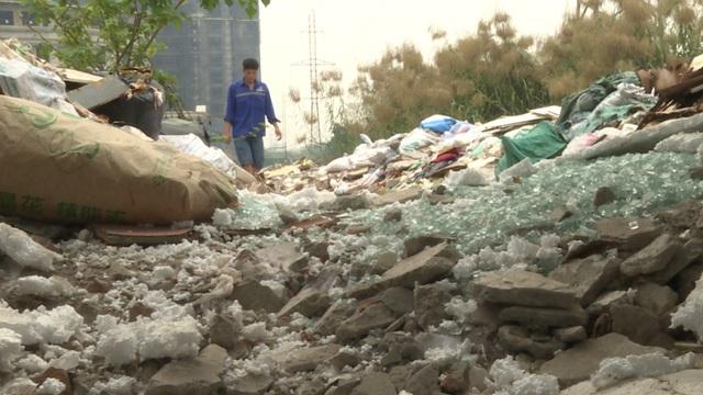 Theo phản ánh của người dân tổ 50 phường Vĩnh Hưng (Hoàng Mai, Hà Nội), bãi rác tự phát cách đây vài năm sau khi một hồ nước bị lấp đi. Kể từ đó, rác thải các loại thường xuyên được mang đến đây đổ trộm khiến bãi rác ngày một lớn.