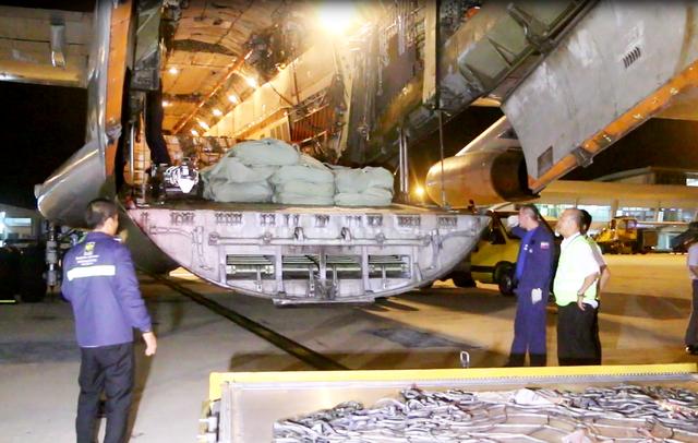 Máy bay vận tải IL-76 của Liên bang Nga chở theo 40 tấn hàng cứu trợ bão số 12 đến Cam Ranh
