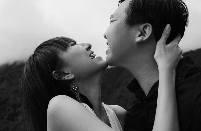Cặp đôi đến một cách tự nhiên, chân chất như vốn lẽ muôn đời tình yêu luôn thế.