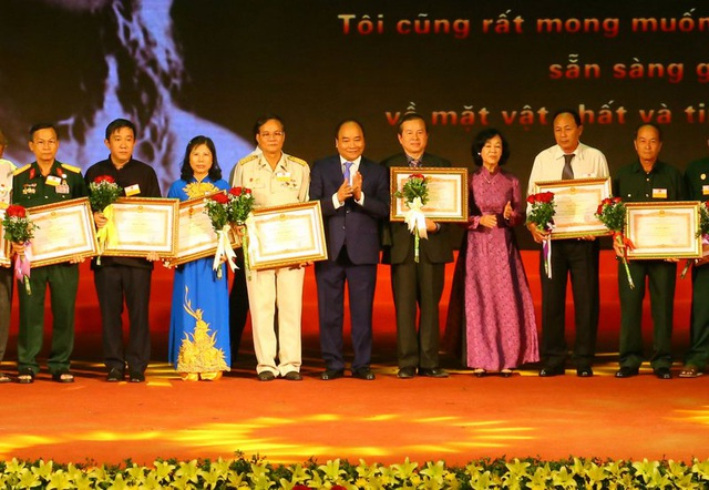 Thủ tướng trao bằng khen tới đại diện người có công dự Hội nghị.