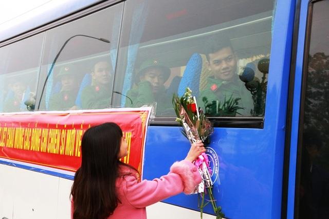 Ngày tiễn quân đúng vào ngày lễ tình nhân (14/2), nhiều thanh niên bùi ngùi chia xa người yêu.