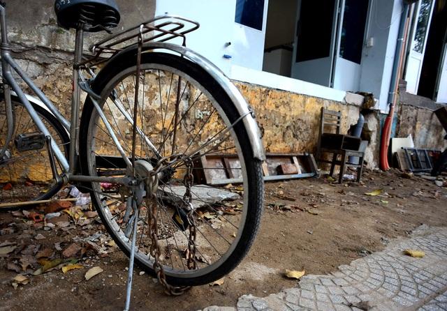 Nền nhà quá cao lại không có bậc tam cấp, các hộ dân phải mua xích sắt về khóa xe lại để sát vào vách nhà để chống mất trộm.