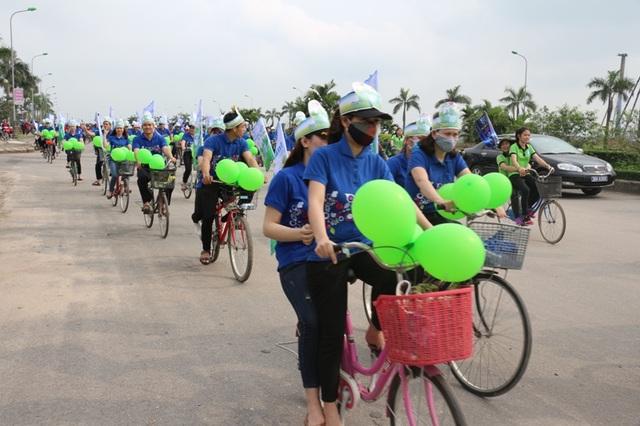 Các bạn sinh viên, tình nguyện viên đạp xe tuyên truyền cho người dân về vai trò, tầm quan trọng của môi trường và cũng tham gia bảo vệ môi trường