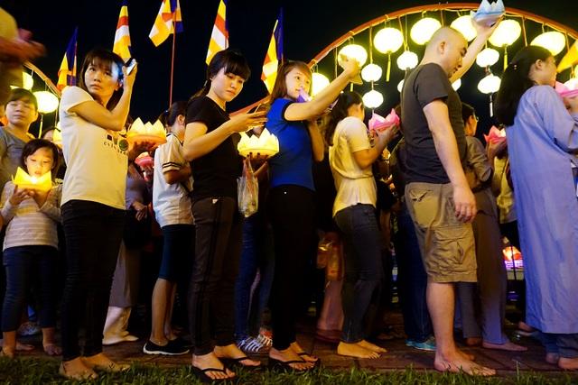 Dòng người xếp hàng bên dòng kênh Nhiêu Lộc với những chiếc hoa đăng lung linh trên tay.