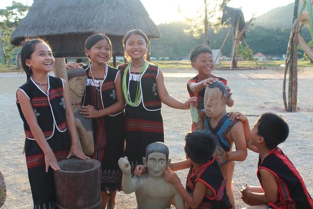 Trẻ em Cơtu cũng tham gia lễ hội với trang phục truyền thống, văn hóa Cơ tu có tính kế thừa và phát triển