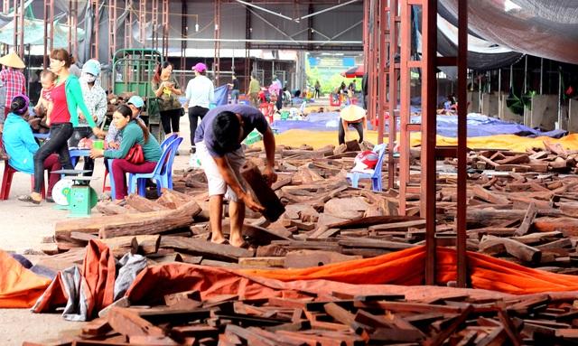 Về Bắc Ninh xem khu chợ gỗ quý tiền tỉ bán theo cân - 9