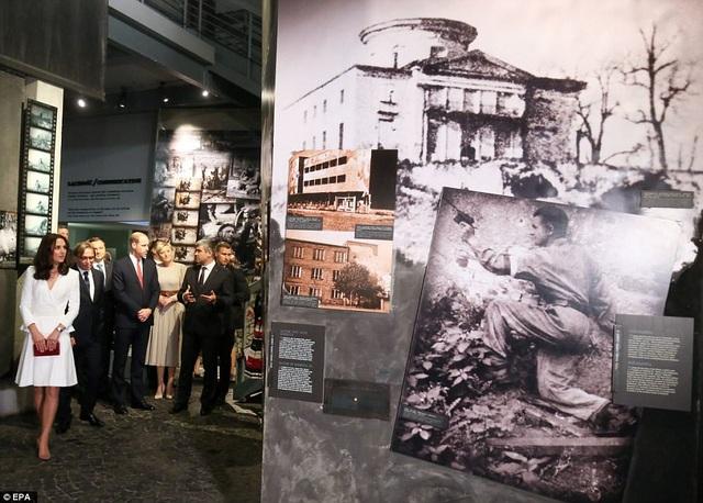 Cặp đôi Hoàng gia Anh tới thăm bảo tàng Warsaw Rising. (Ảnh: EPA)