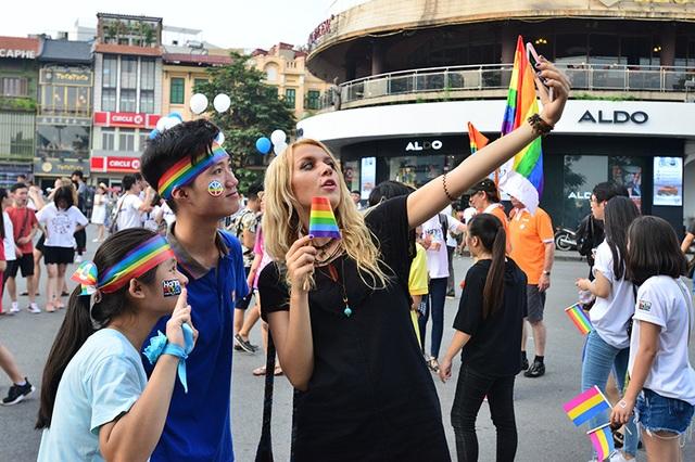 Có mặt tại sự kiện là hơn 4.000 các bạn trẻ thuộc các giới tính khác nhau. Họ là những người đồng tính, song tính, chuyển giới... hay đơn giản là các bạn nam, nữ thanh niên luôn ủng hộ hết mình cho quyền của cộng đồng LGBT tại Việt Nam. Ngoài ra, sự xuất hiện của các vị khách nước ngoài, các gia đình với những em nhỏ đáng yêu đã khẳng định sự quan tâm của cả xã hội tới cộng đồng LGBT.
