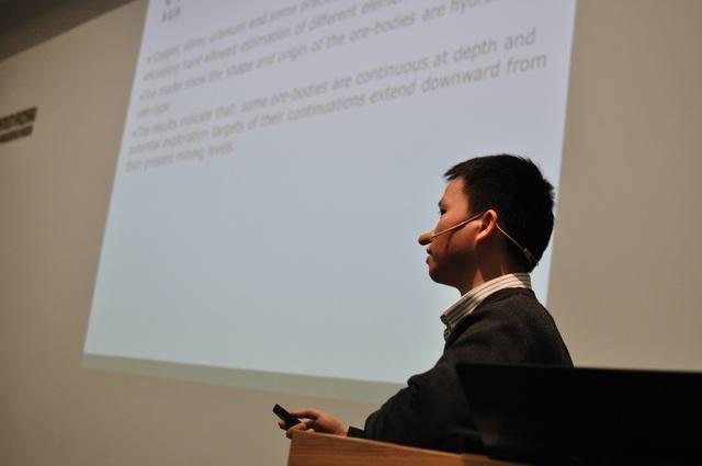 Nghiên cứu sinh Nguyễn Dương Hào (Cracow) trình bày kết quả nghiên cứu luận án tiến sĩ tại hội thảo.